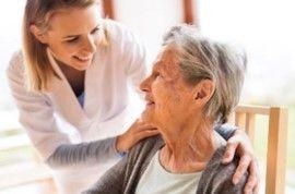 Personne âgée accompagnée par une infirmière